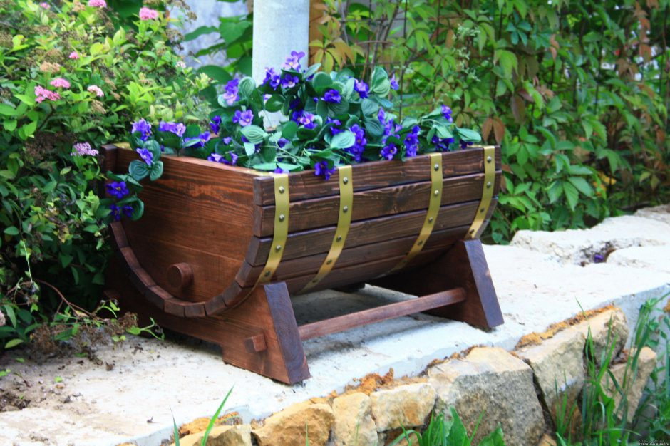 Parterre de fleurs d'un tonneau en bois