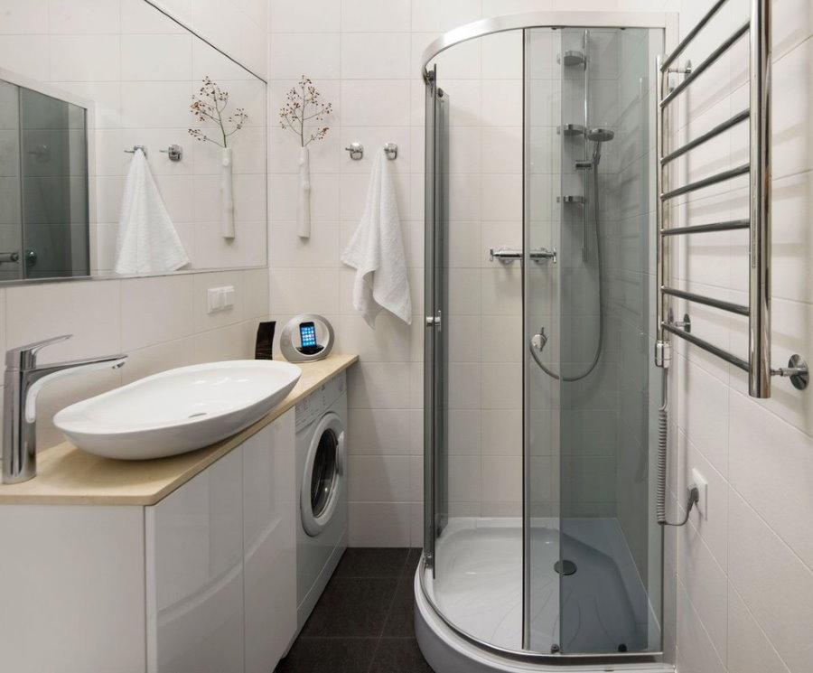 Cabine de douche d'angle dans une salle de bain de 3 m²