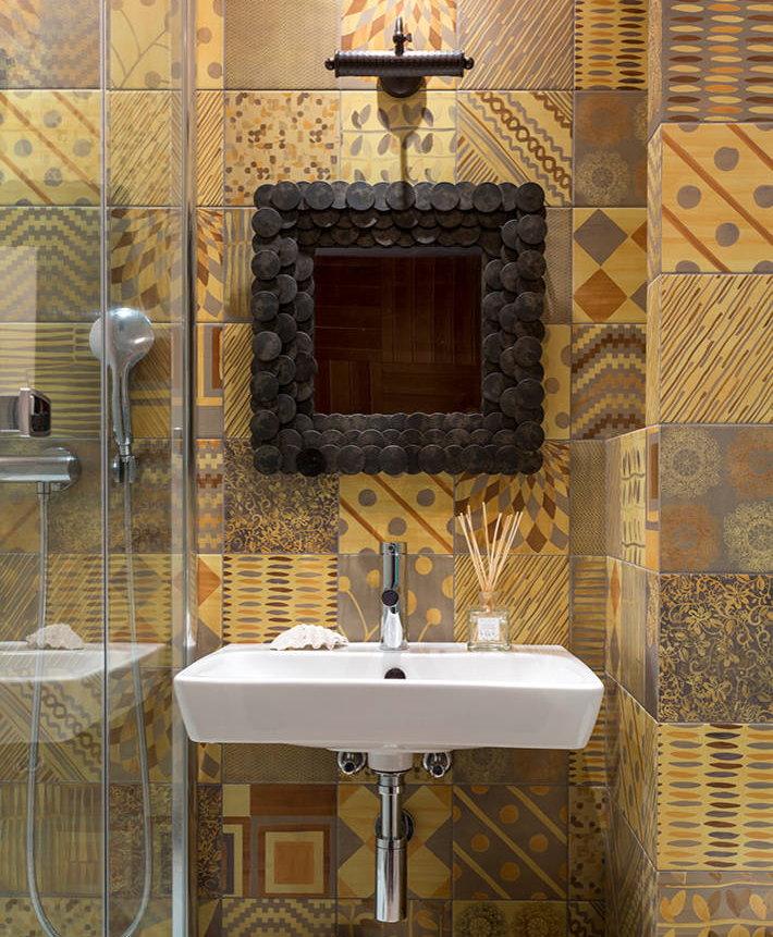 Lavabo compact dans la salle de bain sans WC