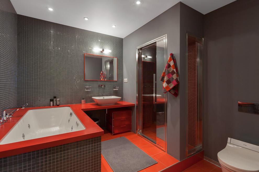 Salle de bain gris-rouge avec douche