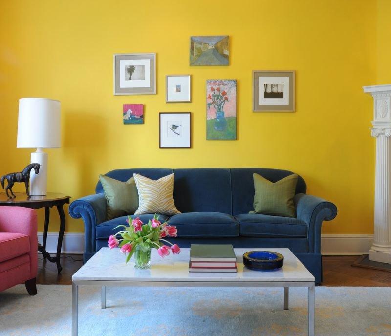 Canapé bleu sur fond de mur jaune
