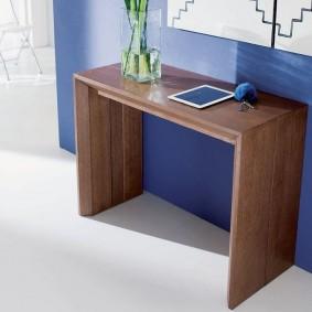 Transformer la table près du mur bleu du salon