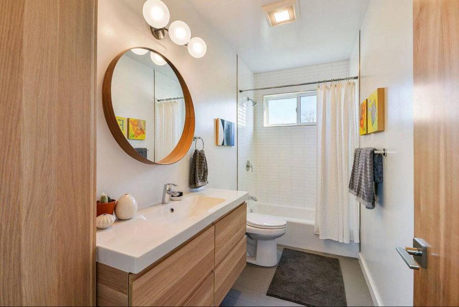 Tapis gris au sol de la salle de bain avec WC