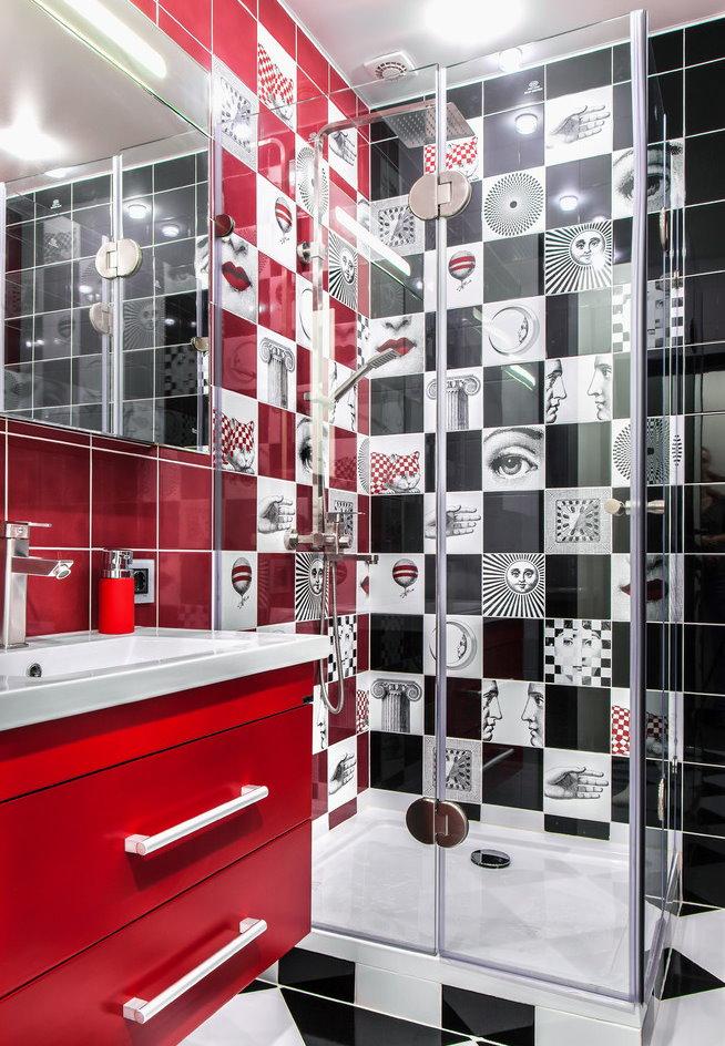 Piédestal rouge sous l'évier dans la salle de bain de 3 m²