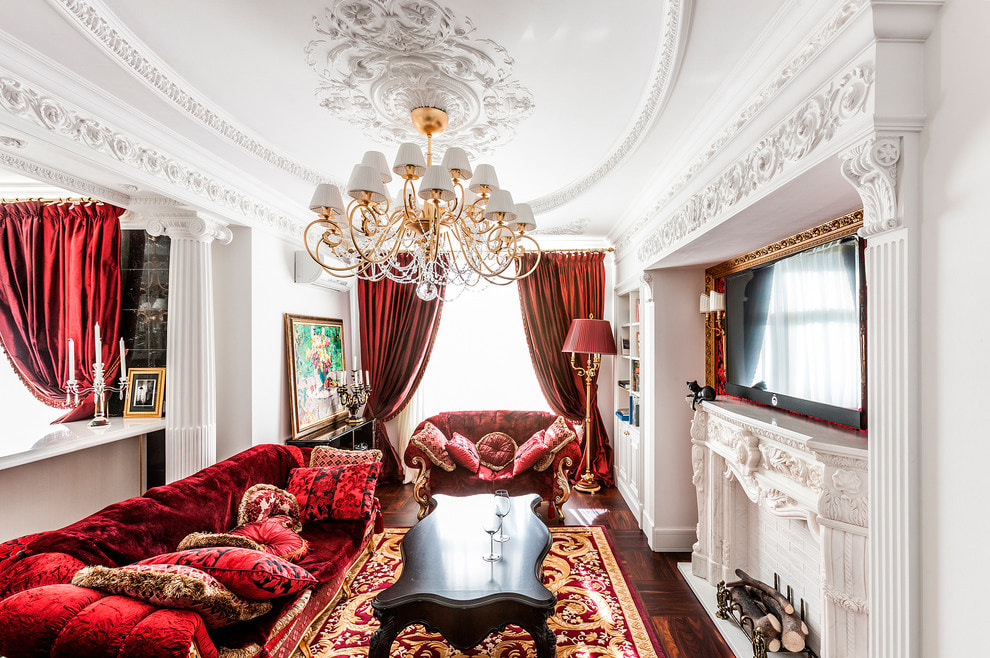 Salon classique avec rideaux en velours