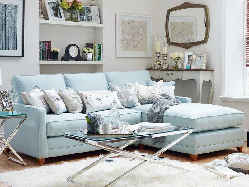 Canapé bleu clair dans le salon d'une maison privée