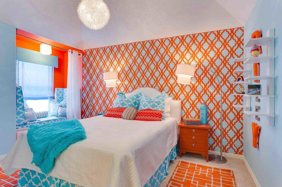 Papier peint bleu-orange dans la chambre de la fille