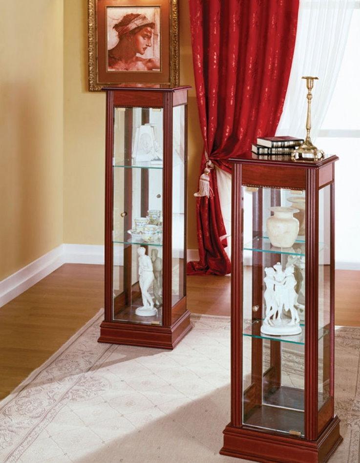 Tủ trưng bày làm bằng gỗ và kính
