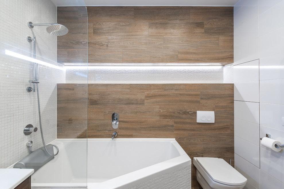 Niche dans la salle de bain avec WC