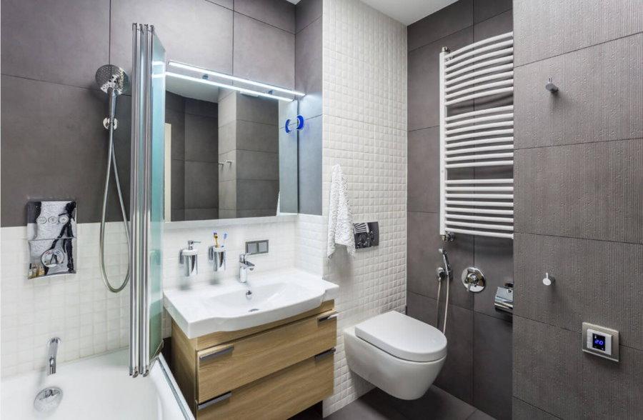 Toilettes suspendues blanches dans une salle de bain moderne