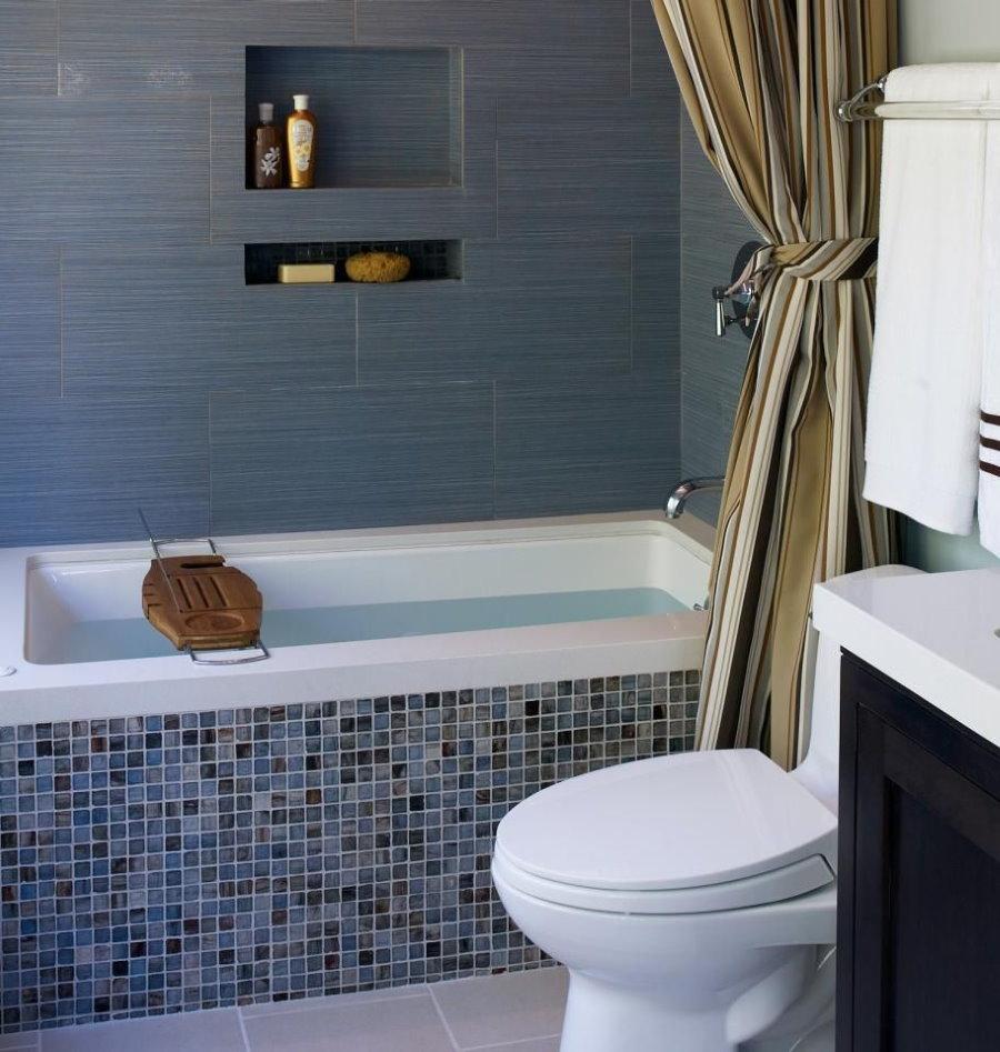 Shampooing dans la niche du mur de la salle de bain