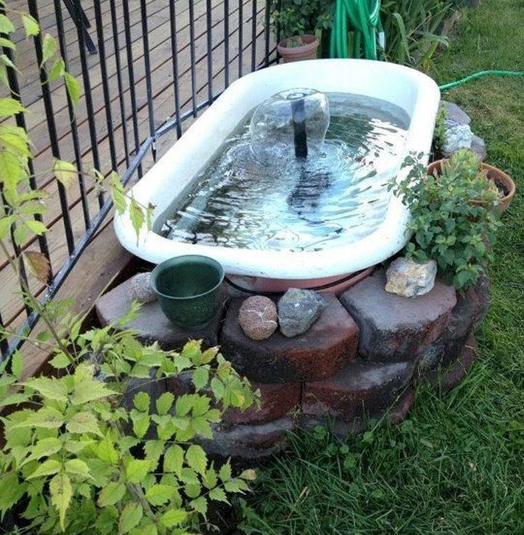 Étang de bricolage dans le pays depuis un ancien bain