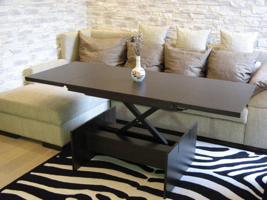 Table pliante devant le canapé d'angle dans le hall