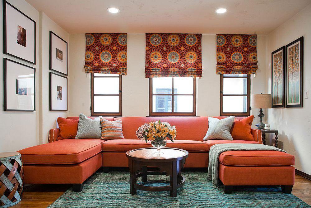 Rideaux romains dans le salon avec canapé en terre cuite