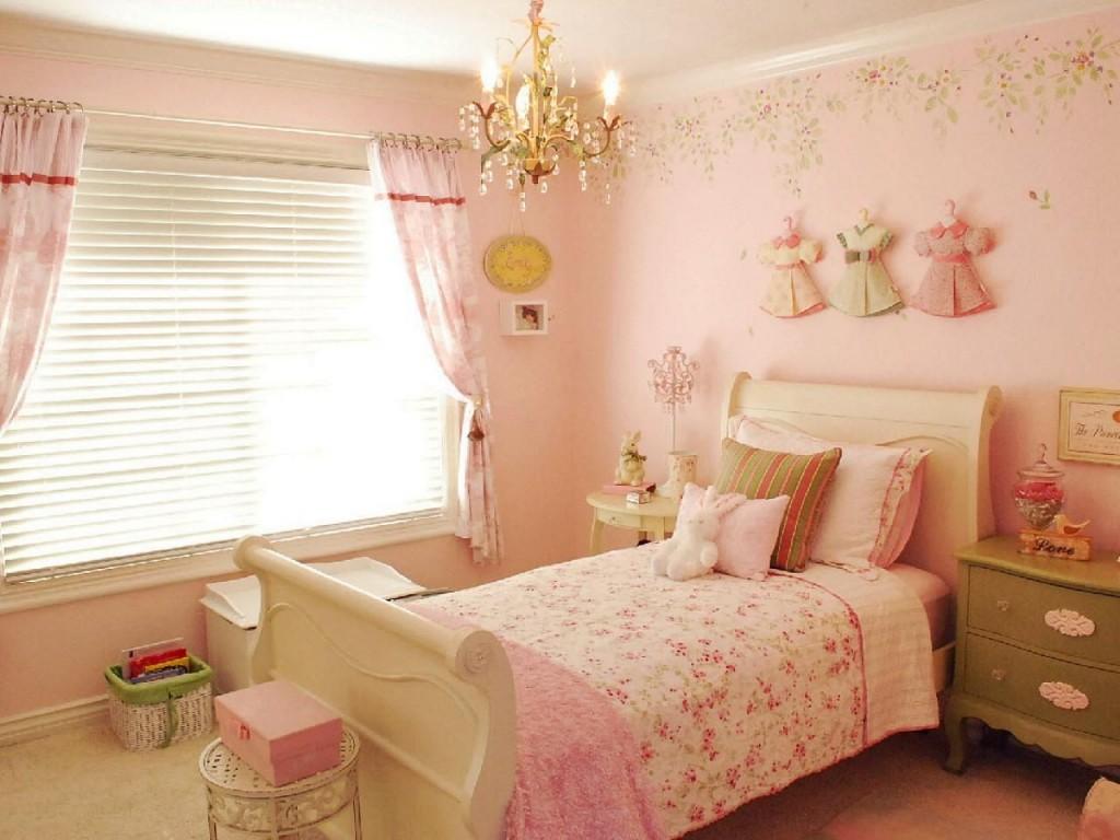 Papier peint rose dans la chambre d'une fille d'âge préscolaire
