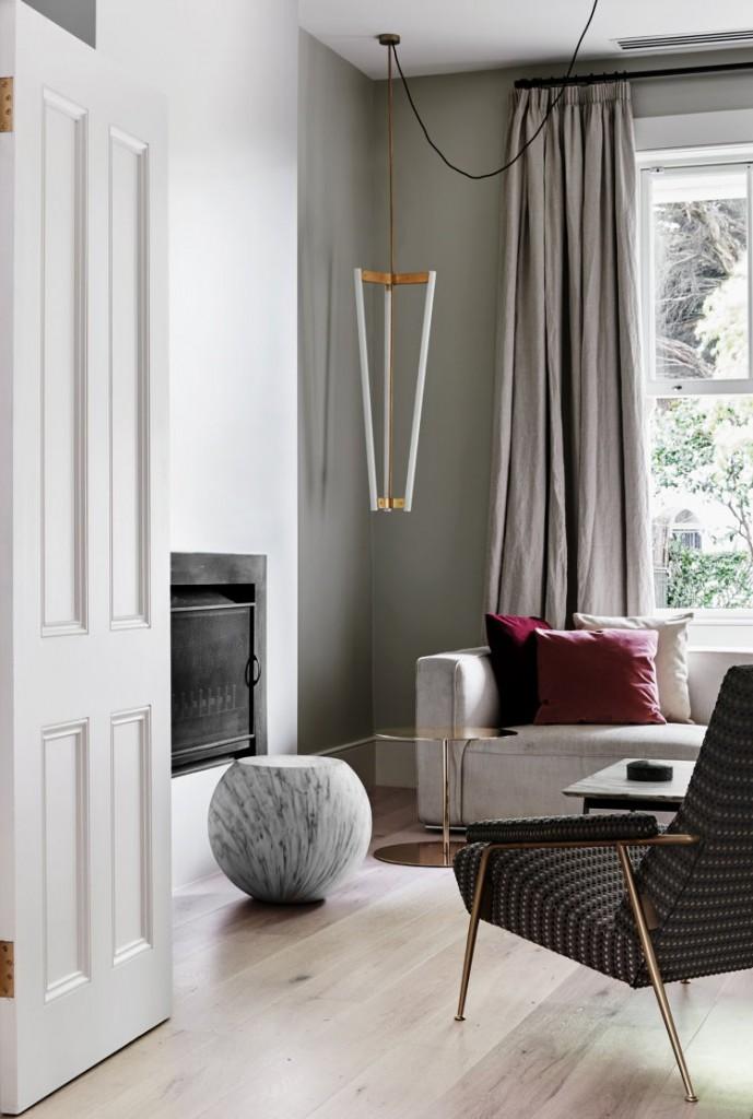 Rideaux gris sur une fenêtre du salon dans un appartement de deux chambres