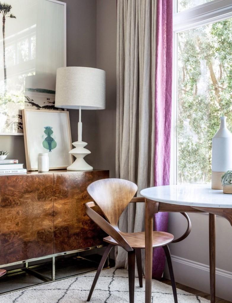 Rideaux bicolores dans un salon de style moderniste
