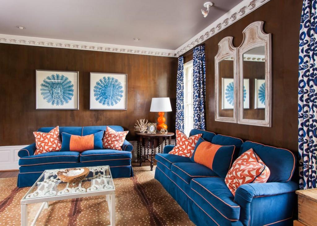 La combinaison d'un canapé bleu avec des murs bruns