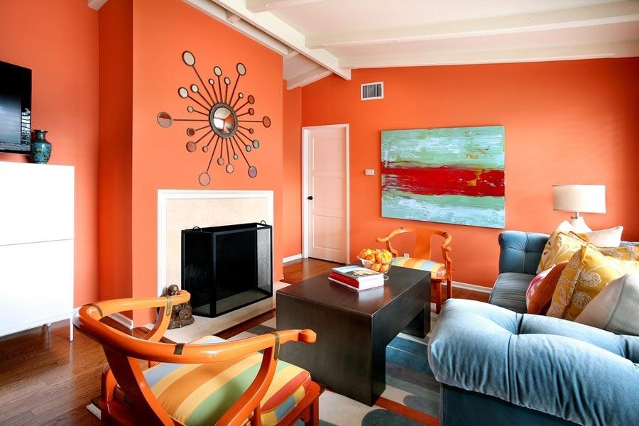 Murs peints de couleurs vives dans le salon avec un canapé bleu