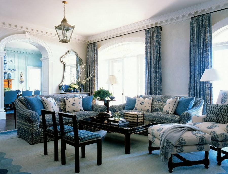 Rideaux bleus dans un salon moderne
