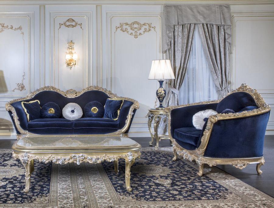 Meubles rembourrés avec revêtement bleu dans la salle de style Empire