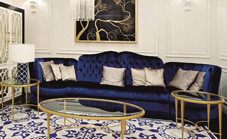 Canapé bleu à l'intérieur du salon de style art déco