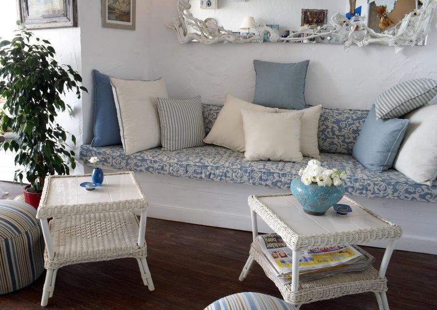 Petit canapé dans un salon de style champêtre