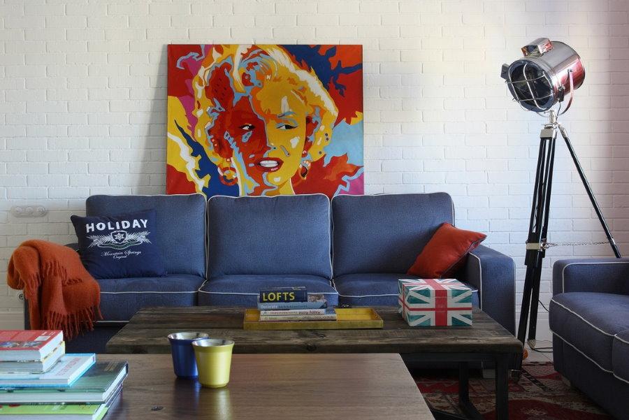 Canapé bleu à l'intérieur du style pop art du salon