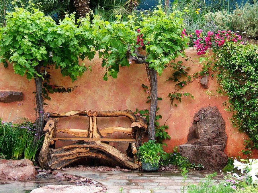 Banc en bois fait maison près du mur de la grange