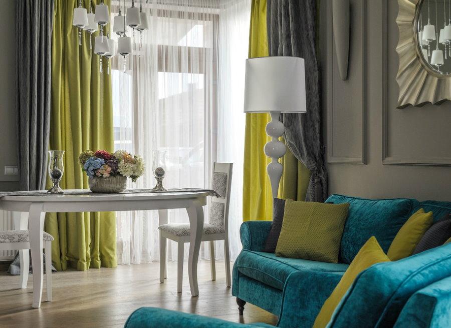 La combinaison de rideaux avec l'intérieur global du salon