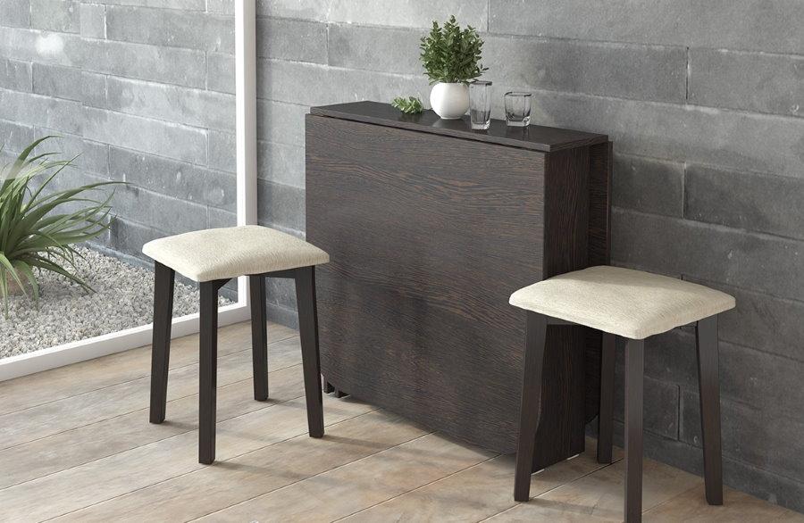 Livre de table par le mur gris du salon