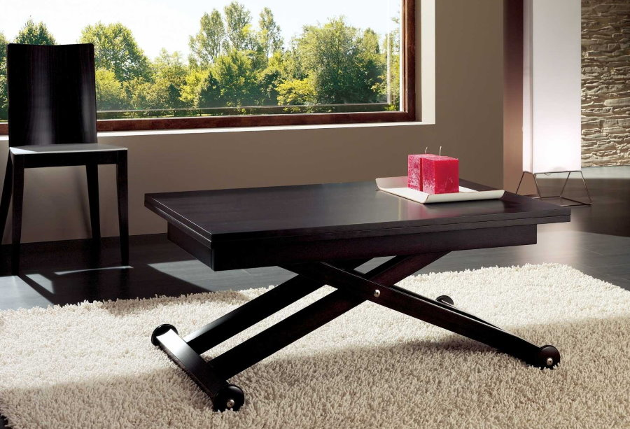 Table convertible sur roulettes dans le salon
