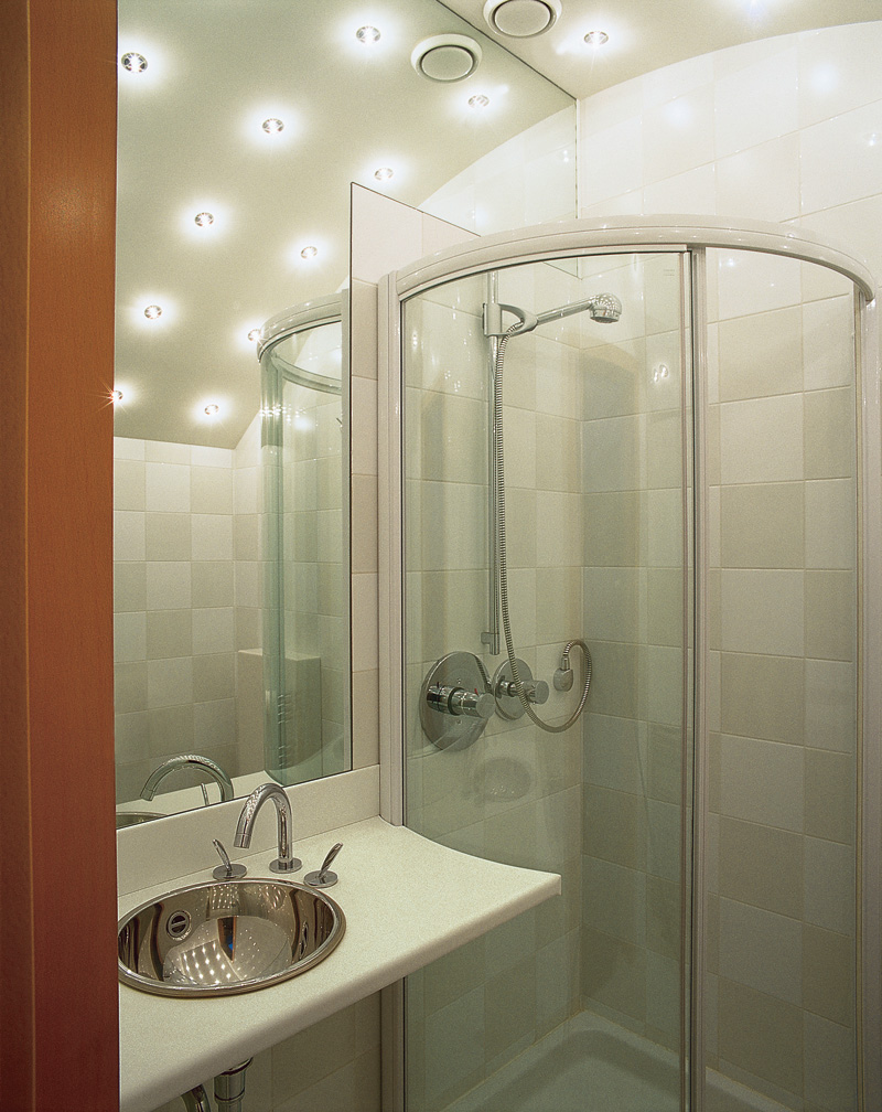 Luminaires encastrés au plafond de la salle de bain