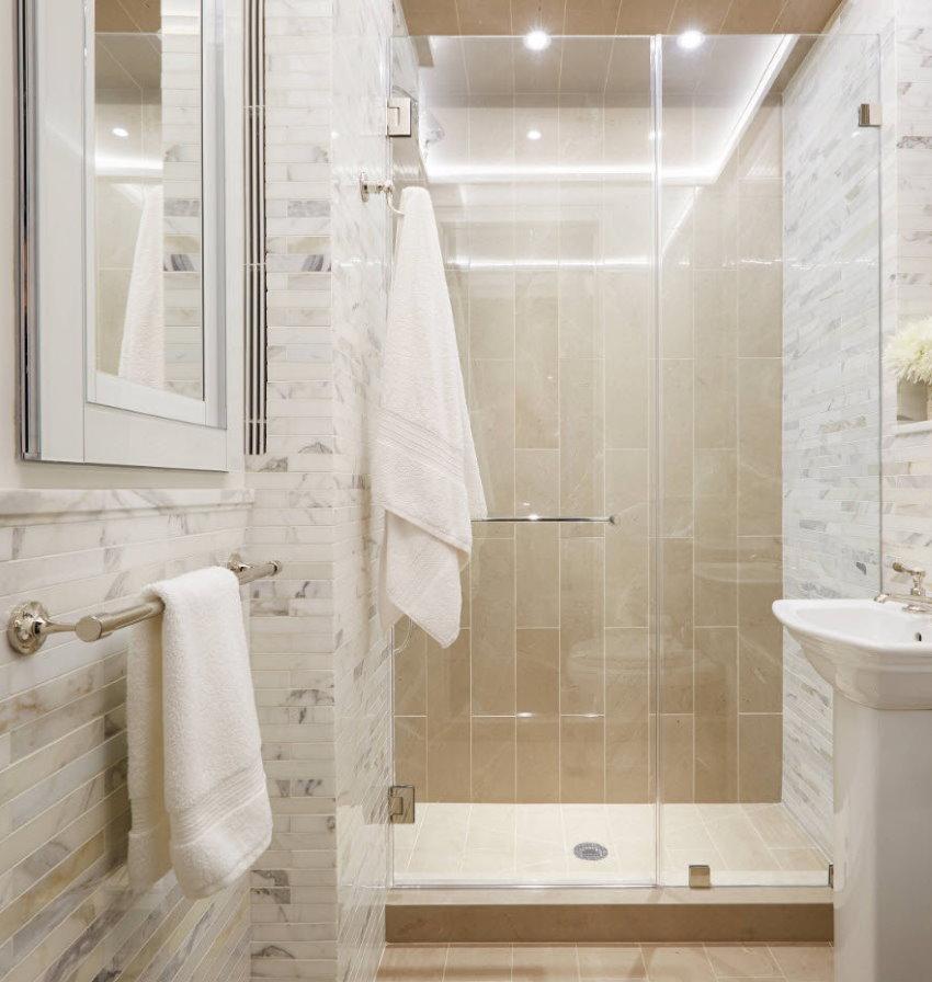 Salle de bain lumineuse avec un éclairage lumineux