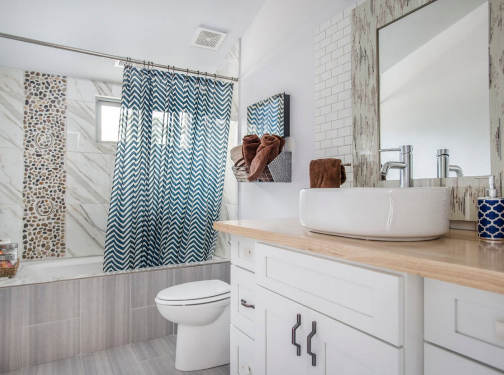 Meubles de salle de bain blancs avec une petite fenêtre