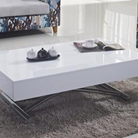 Table basse blanche avec plateau rabattable