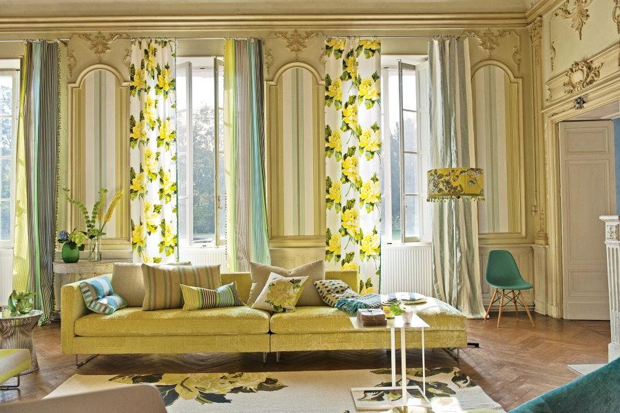 Rideaux de printemps sur les fenêtres du salon