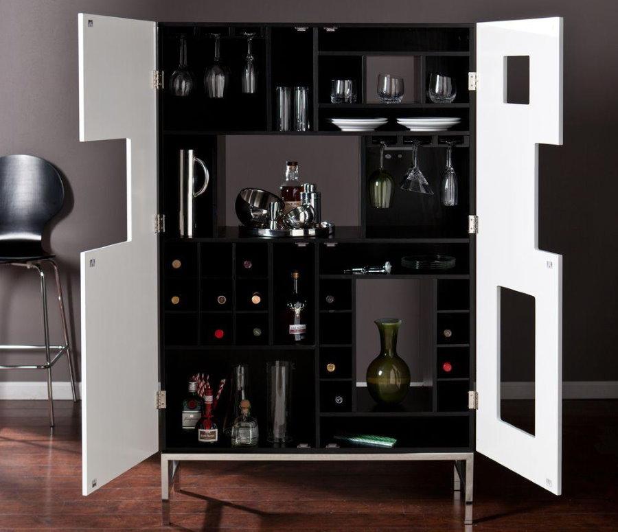 Quầy trưng bày với những chai rượu đắt tiền