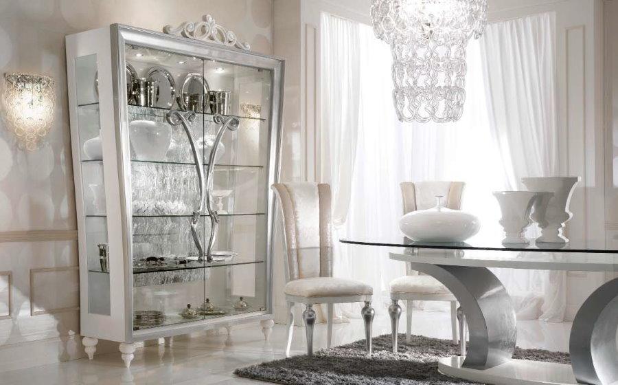 Trưng bày để lưu trữ các món ăn trong một phòng khách theo phong cách tân cổ điển