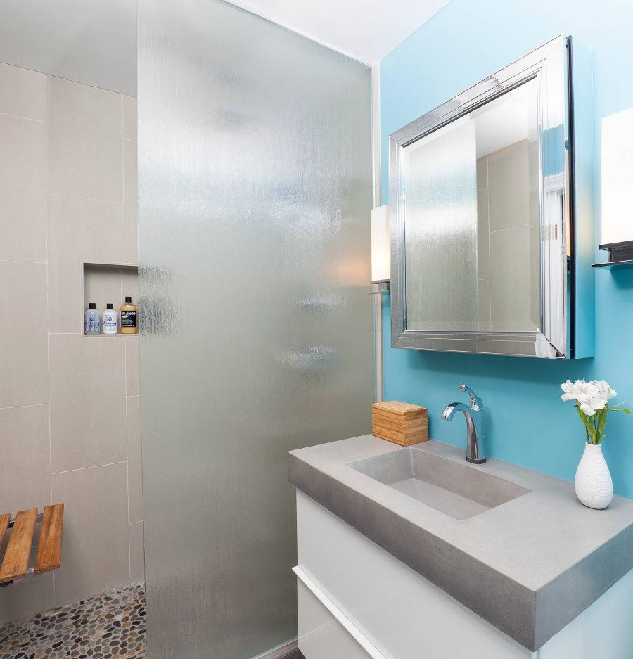 Mur bleu dans une petite salle de bain