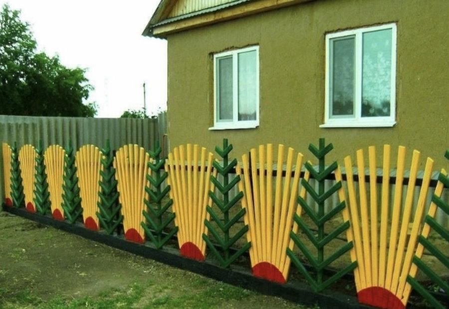 Une clôture lumineuse dans le jardin avant d'une maison de campagne