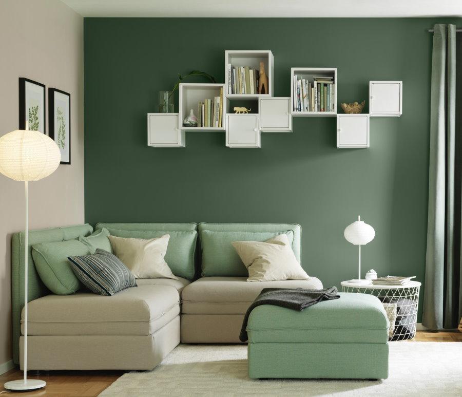 Étagères blanches sur un mur de salon vert