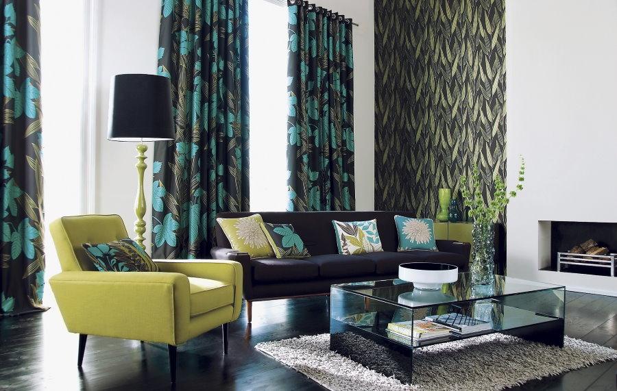 Rideaux verts dans le salon avec sol sombre