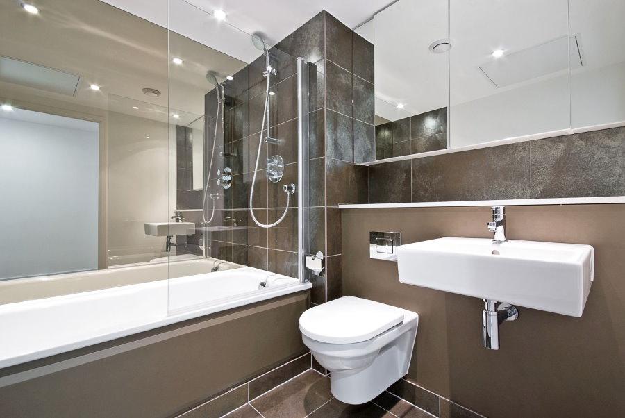 Mur miroir dans la salle de bain avec WC