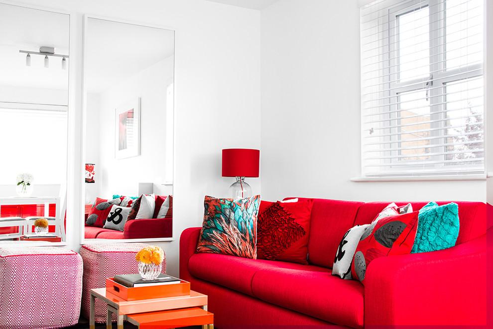 Canapé rouge dans une salle blanche