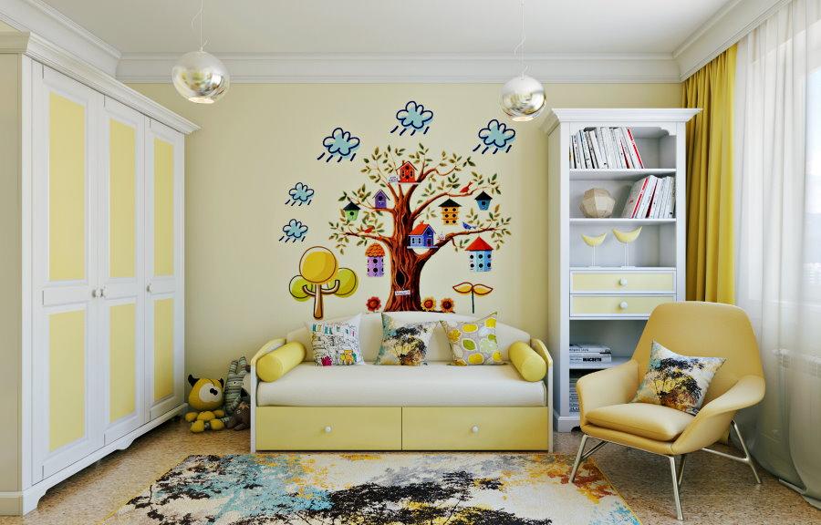Papier peint jaune clair avec une photo sur le mur de la pépinière