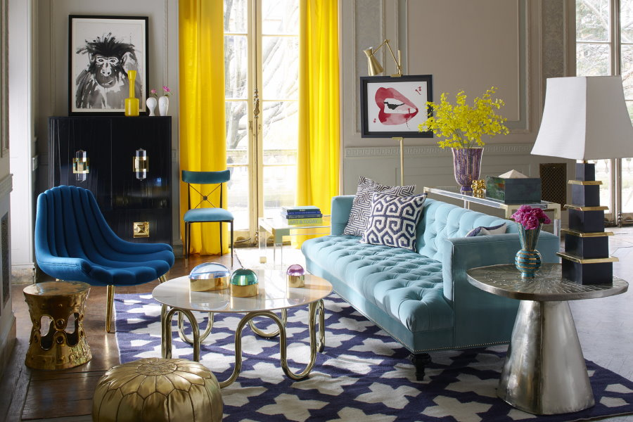 Rideaux jaunes dans le salon d'une maison de campagne