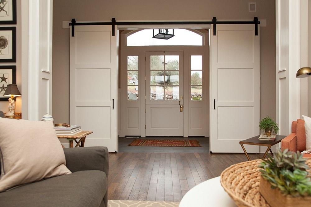 Portes coulissantes de grange dans le hall d'une maison privée