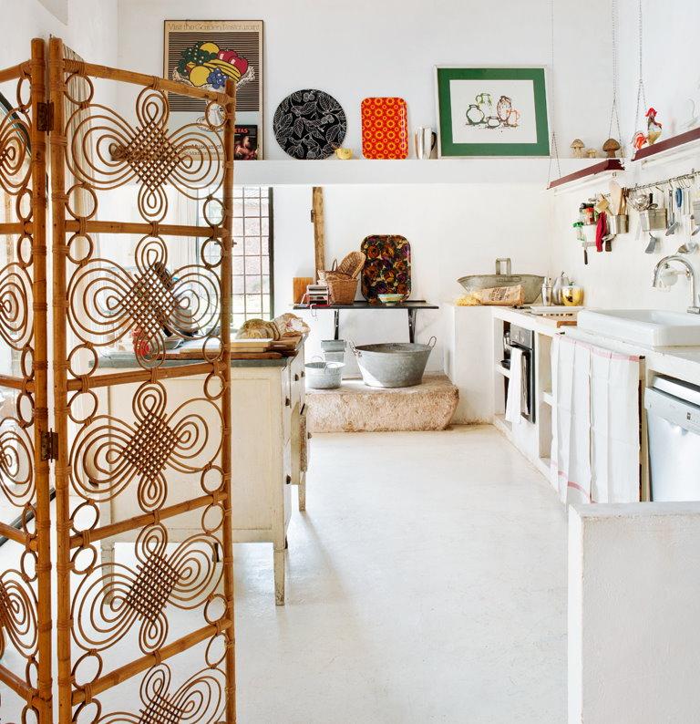 Paravent décoratif en bambou dans une cuisine blanche