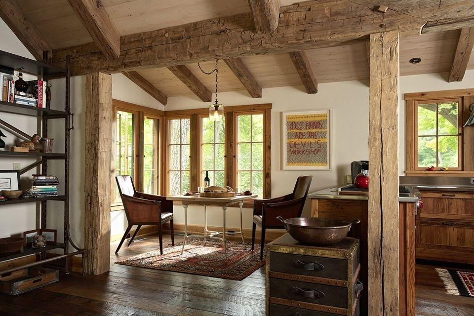 Poutres en bois au plafond d'une maison de campagne